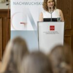 Prof. Pommerening, Direktorin des GNK, begrüßt die Gäste..