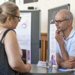 Falk Stenger im Gespräch mit einer Nachwuchswissenschaftlerin.